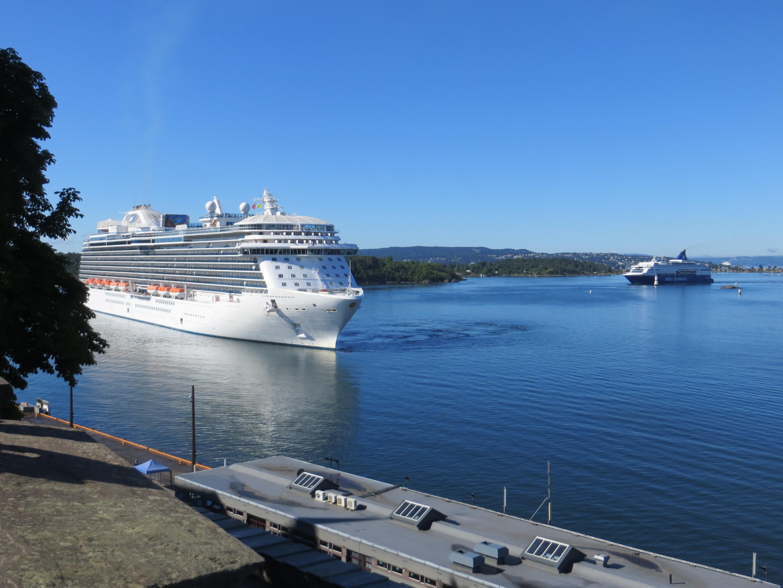 2014-07-18: Royal Princess legger til kai mens DFDS Seaways passerer i bakgrunnen
