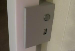 Vegglampene på hver side av sengen har USB-utgang for å lade for eksempel mobiltelefoner eller nettbrett