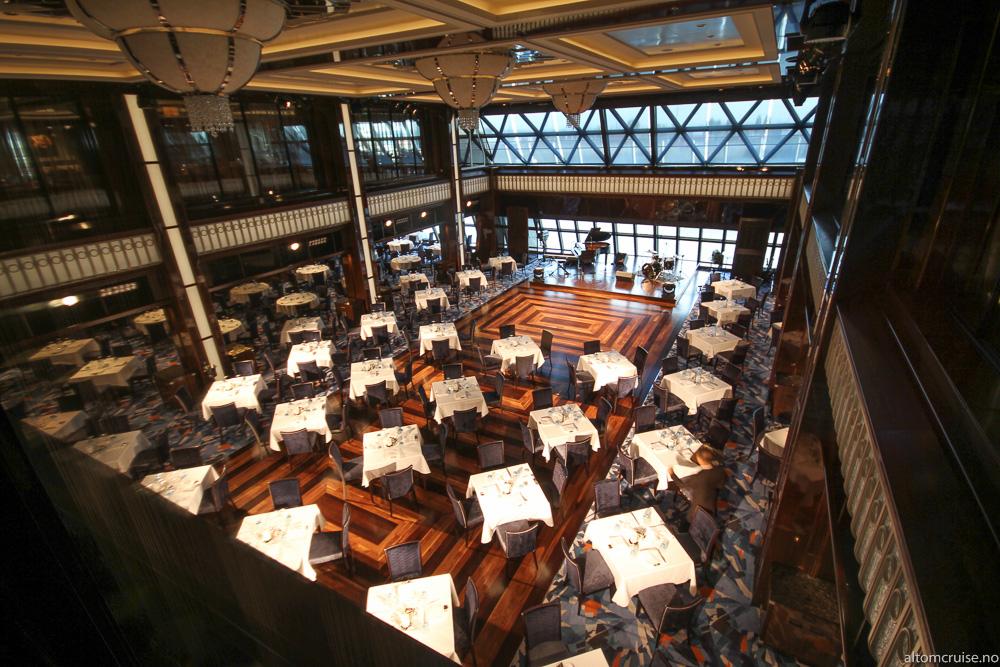 Bak på dekk 7 finner du The Manhattan Room, den største restauranten
