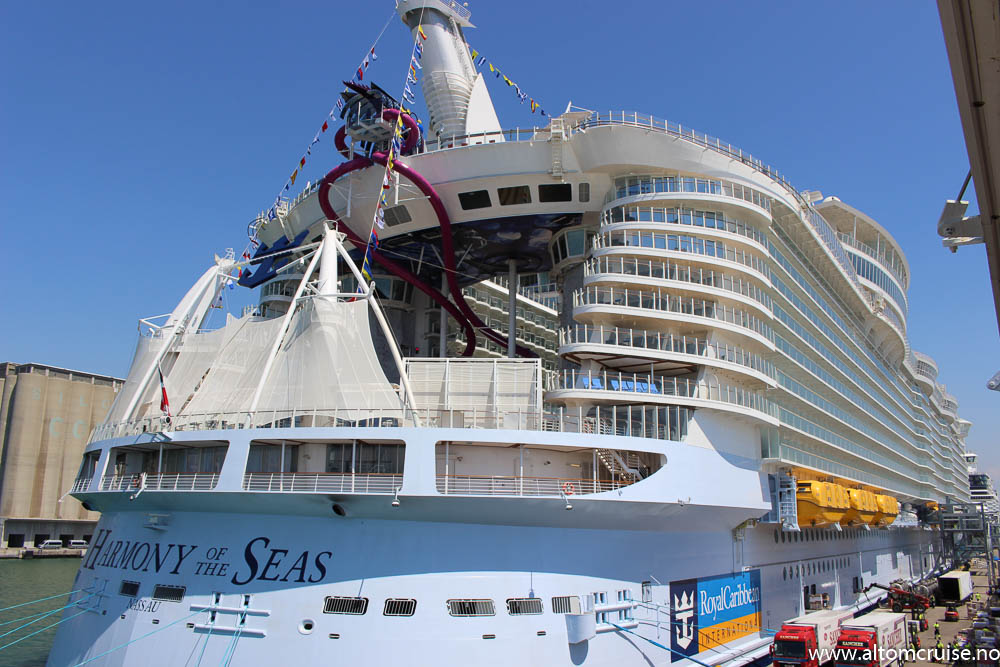 Harmony of the Seas til kai i Barcelona